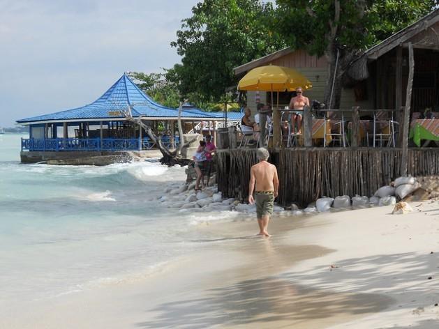 A praia de Negril, na Jamaica, com sinais de erosão costeira. Foto: Mary Vieira/IPS