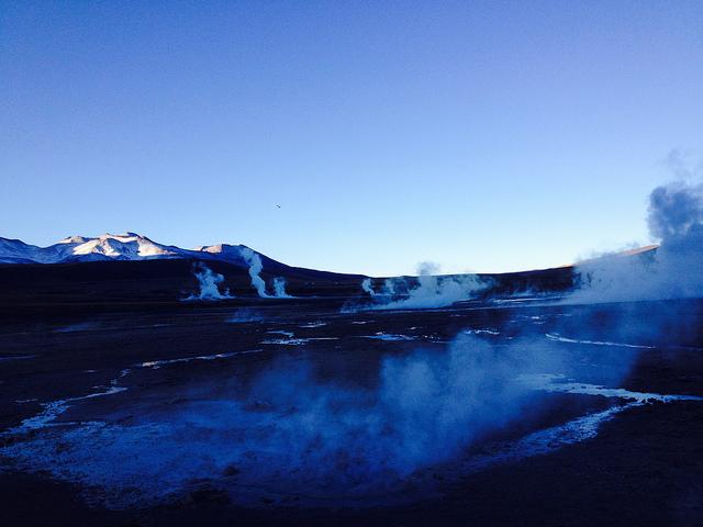 Amanhecer entre os vapores dos gêiseres de El Tatio, norte do Chile, onde se começa a tirar proveito dessa energia limpa e infinita com a construção da Central Geotérmica Cerro Pabellón, no muni