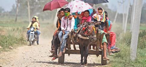 Camponeses fogem de onda de calor na Índia, registrada entre maio e junho de 2015. Ausência anormal de chuvas levou temperaturas a até 48ºC. Além de provocar 2,5 mil mortes diretas, provocou grandes perdas de colheitas e gado. Tais fenômenos podem tornar-se mais frequentes e graves, alerta relatório