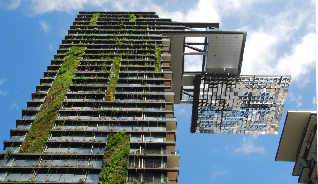 Jardins suspensos e placas de energia solar são usados para diminuir o impacto negativo no meio ambiente de grandes construções. Foto: Wiki Commons/bobarc (CC)
