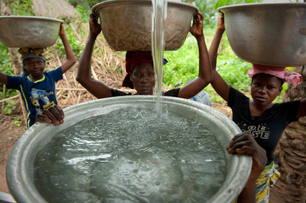 Moradores da vila Woukpokpoe, no Benin, buscam água potável. Foto: Banco Mundial/Arne Hoel
