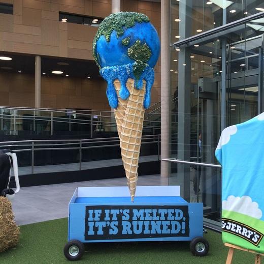 """Display da sorveteria Ben&Jerry's em Bonn; marca lançou sorvete """"sabor mudança climática"""". Foto: Claudio Angelo/OC"""