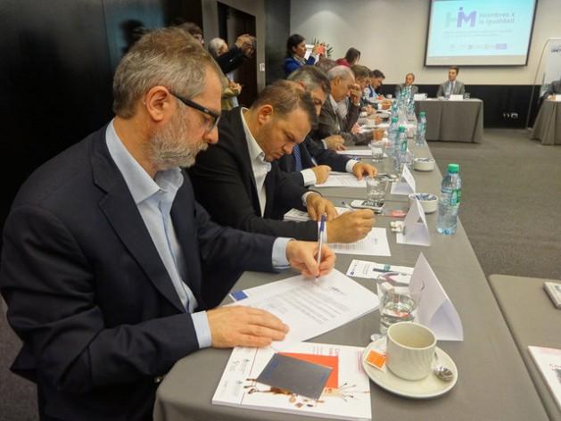Um grupo de homens assina o Compromisso Pela Igualdade, durante um encontro em Buenos Aires convocado pela Rede de Homens pela Igualdade, criada há um ano na Argentina. Foto: Fabiana Frayssinet/IPS