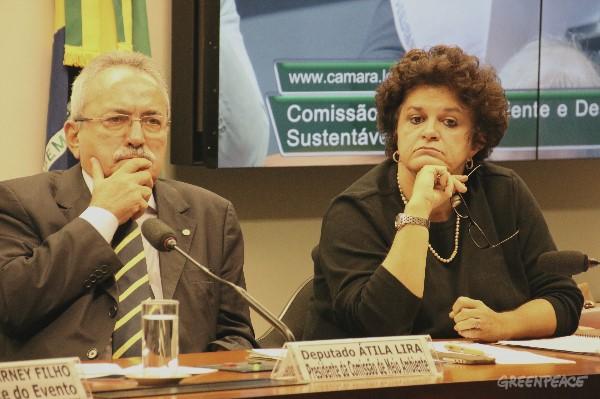 Deputado Átila Lira (PSBI/PI) e Ministra do Meio Ambiente Izabella Teixeira ouvem pergunta de parlamentar. Foto: © Alan Azevedo / Greenpeace