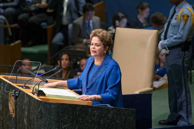 A presidente Dilma Rousseff anuncia a contribuição nacional do Brasil para reduzir as emissões de gases-estufa do planeta, durante a Conferência Mundial sobre Desenvolvimento Sustentável, no dia 27 de setembro, em Nova York. Foto: Mark Garten/ONU