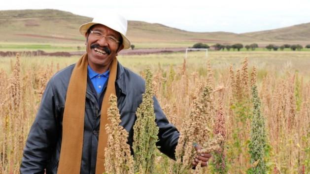 Um camponês mostra sua produção na aldeia aymara de Nasa Q'ara, também conhecida como Nazacara, no departamento de La Paz, na Bolívia. Foto: Jessica Belmont/Fonplata