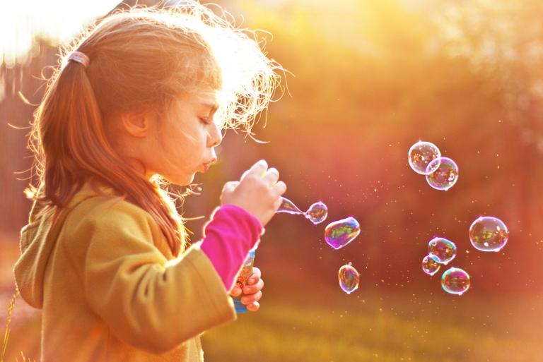 Diferentemente desta felicidade artificial que o marketing tanto propaga, as crianças, quando livres no seu brincar, encontram prazer e alegria em coisas que quase nem percebemos. Foto: Shuttestock