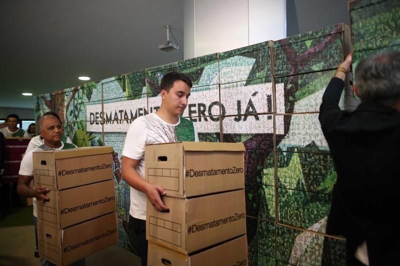 A imagem é formada por 6 mil fotos de pessoas que assinaram pelo Desmatamento Zero. Foto: © Adriano Machado / Greenpeace