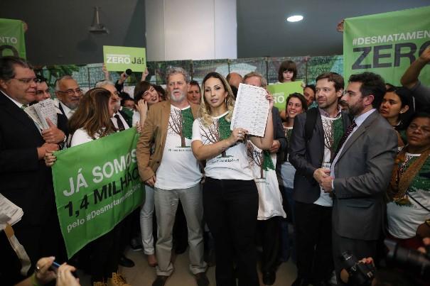 A funkeira Valesca Popozuda esteve no Congresso para demonstrar seu apoio ao Desmatamento Zero. Foto: © Adriano Machado / Greenpeace