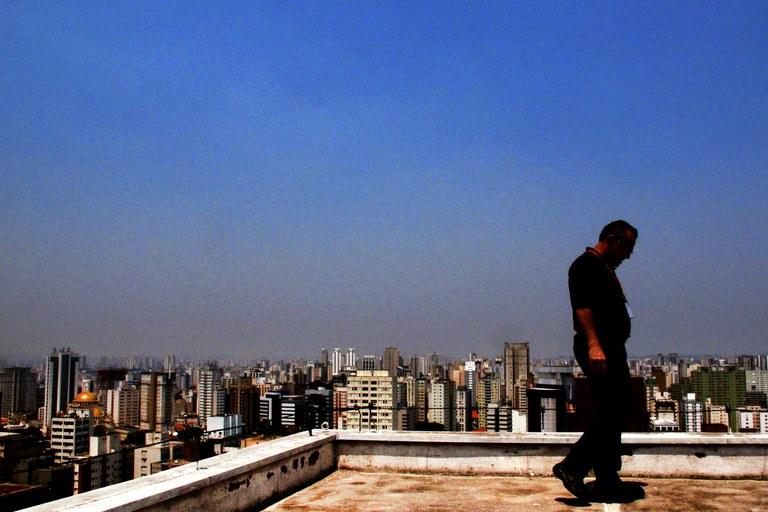Camada cinza de poluição no céu da cidade de São Paulo. Foto: Robson Fernandjes / Fotos Públicas