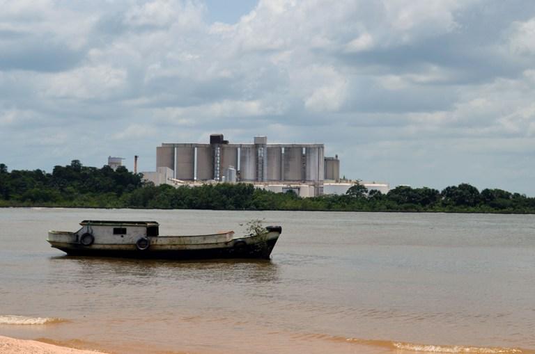 A pesca foi interrompida devido a contaminação da água pelo óleo do navio. Ao fundo, o complexo industrial da empresa Ymeris, que em 2007 também provou grande dano ambiental a Barcarena. Foto: Acervo IEB/ Lucas Filho
