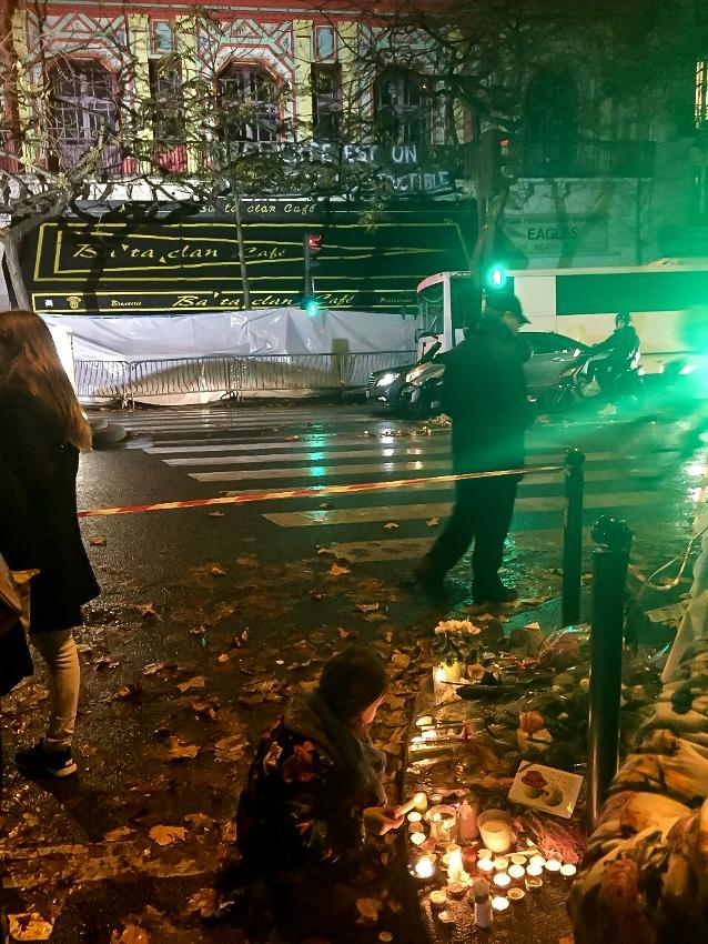 Pessoas fazem homenagens às vítimas dos atentados no centro de Paris. Foto: Foto: Vincent Gilardi/ Fotos Públicas