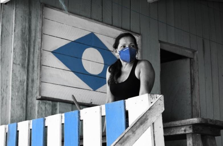 Moradora se protege dos odores que ainda exalam na beira da praia. Estado ainda não acordou para as injustiças do desenvolvimento. Foto: Acervo IEB/ Lucas Filho