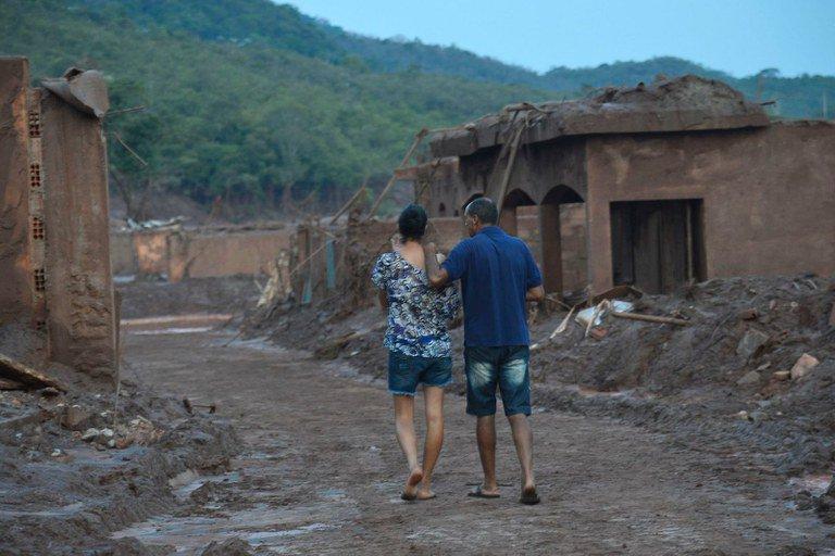 Moradores de Mariana caminham pela área atingida pela lama da Samarco. Foto: Antonio Cruz/ Agência Brasil