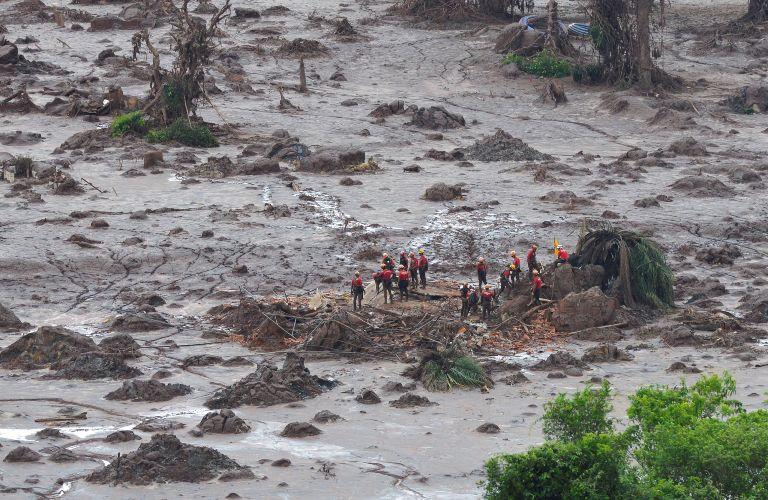 Bombeiros fazem busca por desaparecidos em Bento Rodrigues. Foto: Antonio Cruz/ Agência Brasil