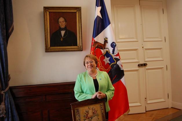 A presidente do Chile, Michelle Bachelet, durante entrevista exclusiva concedida à IPS, no Salão Azul do Palácio de La Moneda, sede do governo, em Santiago, antes de viajar a Paris para participar, no dia 30 deste mês, da abertura da crucial cúpula climática mundial que acontecerá até 11 de dezembro. Foto: Marianela Jarroud/IPS