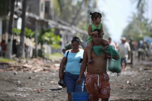 Família sofre com o rescaldo do furacão Patrícia, na praia de Colima, no México. Foto: Presidencia de La Republica / Fotos Publicas