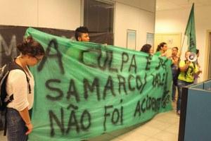 Manifestantes da ANEL protestam no escritório da Samarco, no bairro Savassi, em BH
