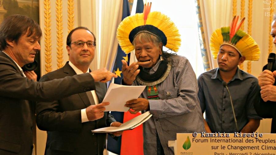 Raoni entrega carta ao presidente francês. Foto: @kamikia Kisedje/ ISA