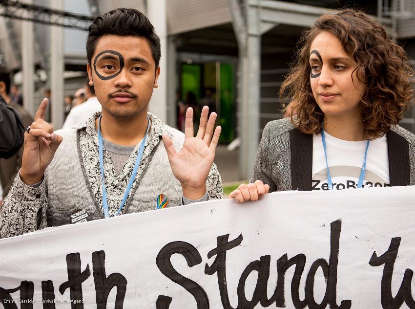Jovens ativistas com círculos pintados sobre seu olho direito como simbolismo à sua meta de zero combustíveis fósseis em 2050. Fotos por: Emma Cassidy | Agência de Meios de Sobrevivência