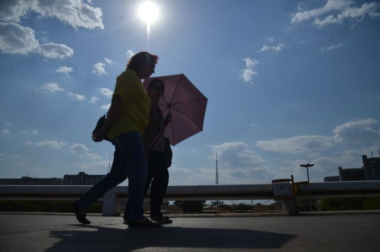 Brasileiros se protegem do sol forte e altas temperaturas em Brasília. Foto: Agência Brasil/Fabio Rodrigues Pozzebom