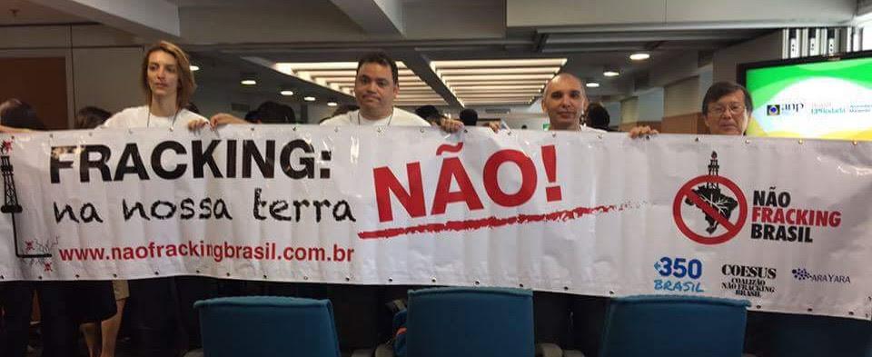 Em novo leilão da ANP realizado em 10 de Dezembro de 2015, integrantes da Coalizão Não Fracking Brasil protestaram mais uma vez. Foto: Paulo Lima/350.org Brasil