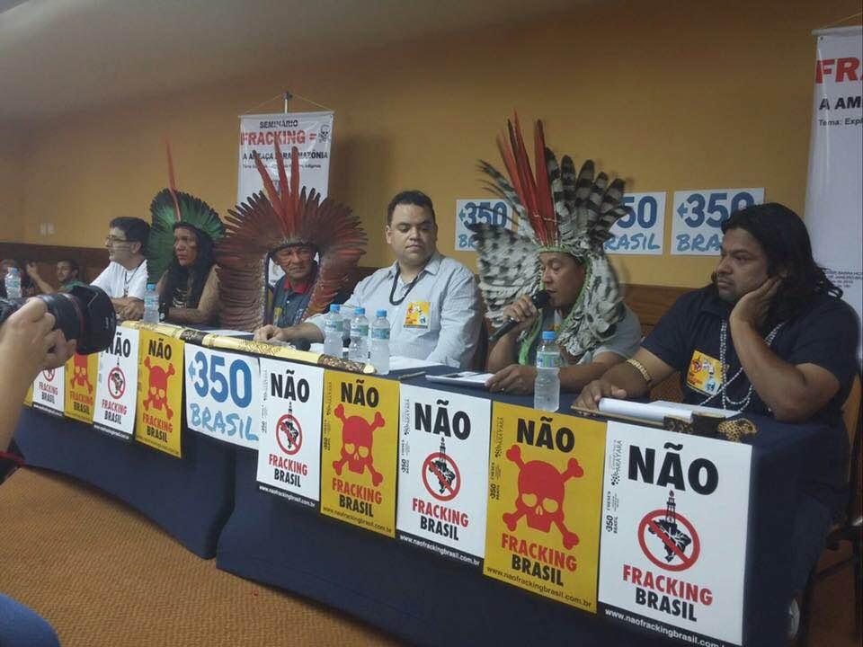 Durante leilão da ANP realizado em 7 de Outubro de 2015, a Coalizão Não Fracking Brasil levou lideranças indígenas de vários estados ao Rio de Janeiro para protestar contra decisão do governo brasileiro em explorar gás de xisto pelo método não convencional (fracking). Foto: 350.org Brasil/COESUS