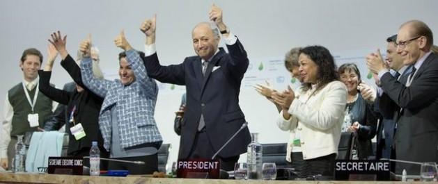 O presidente da COP 21, Laurent Fabius (centro), e outros líderes da cúpula de Paris aplaudem e fazem sinais de vitória pelo histórico acordo universal e vinculante para enfrentar a mudança climática. Foto: CMNUCC