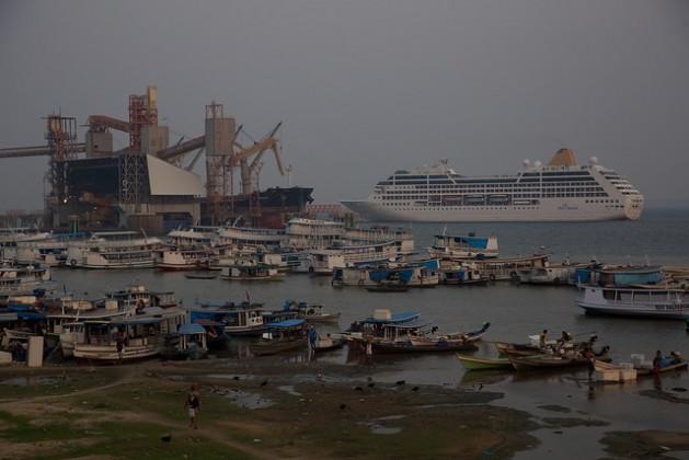 Parte do terminal portuário e logístico da companhia norte-americana Cargill, na cidade de Santarém,que diminui os barcos tradicionais da bacia amazônica, nas margens do rio Tapajós, no norte do Brasil. Foto: Fabiana Frayssinet/IPS