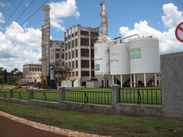 Uma usina de açúcar e etanol na cidade de Sertãozinho, no Estado de São Paulo. A indústria da cana retrocedeu no Brasil durante o governo de Dilma Rousseff, por seu subsídio à gasolina, golpeando seu competidor direto, o etanol. Foto: Mario Osava/IPS