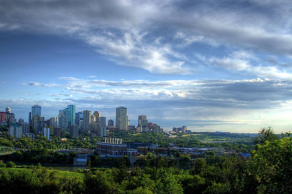 O equilíbrio entre áreas verdes e construídas é um dos elementos fundamentais da nova agenda urbana. Na foto, Edmonton, Canadá. Foto: Pixabay/tpsdave (cc)