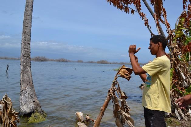 Jovem na margem do lago Enriquillo, na fronteira da República Dominicana com o Haiti, que integra o multinacional Corredor Biológico no Caribe, criado em 2007 por esses dois países mais Cuba com a cooperação do Programa das Nações Unidas para o Meio Ambiente e da União Europeia. Foto: Dionny Matos/IPS