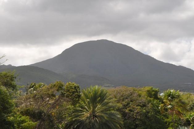 O monte Neves fica no centro da ilha vulcânica de mesmo nome, que tem grandes reservas de energia geotérmica. Foto: Desmond Brown/IPS