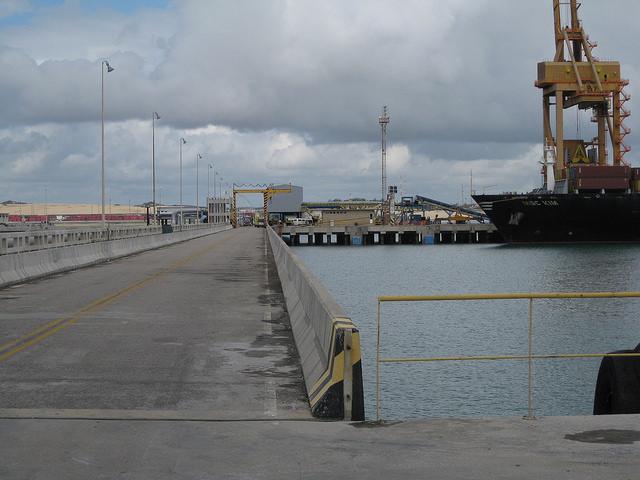 O porto de Pecem, no Ceará, um dos maiores complexos portuários e industriais do norte do Brasil, perdeu vários projetos pautados em seu plano original, devido à crise da Petrobras e à recessão econômica. Foto: Mario Osava/IPS
