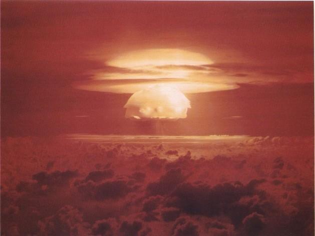 O cogumelo atômico sobre o atol de Bikini, nas Ilhas Marshall, gerado por Castle Bravo, o maior teste nuclear realizado pelos Estados Unidos em toda sua história. Foto: Departamento de Energia dos Estados Unidos, por intermédio daWikimediaCommons