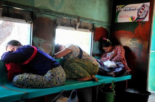 Mulheres dormem em um trem na Birmânia. Cerca de 1,2 bilhão de pessoas vivem com menos de US$ 1,25 por dia no mundo. Foto: AmanthaPerera/IPS