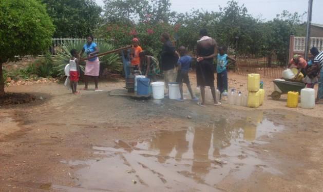A água deixou de ser abundante e as mulheres precisam fazer fila em um poço de Bulawayo, no Zimbábue, que atravessa uma grave crise de água subterrânea devido à escassez de chuvas. Foto: Ignatius Banda/IPS