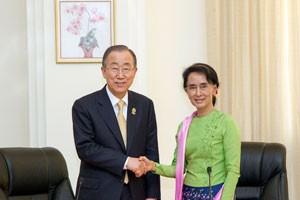 O secretário-geral da ONU, Ban Ki-moon, se reuniu com Aung San Suu Kyi na Birmânia (Myanmar), em novembro de 2014. Foto RichBajornas/ONU