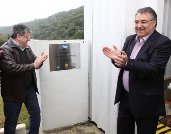 Ênio Branco (à esquerda) e o governador de Santa Catarina, Raimundo Colombo (PSD), na inauguração da Pequena Central Hidrelétrica Rondinha, em junho de 2014. Foto: Celesc