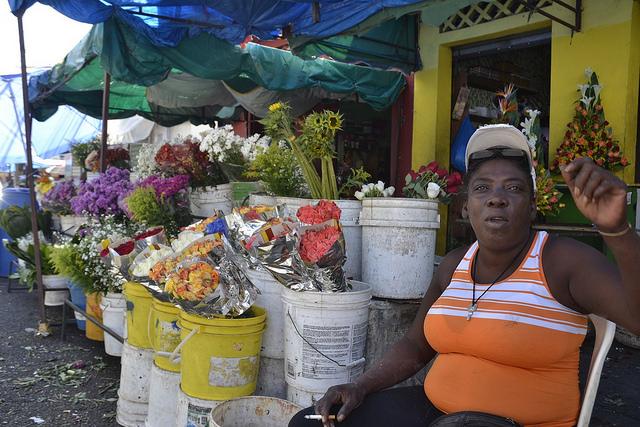 A florista Antonia Abreu, uma das poucas vendedoras ambulantes que aceitaram falar sobre a dura realidade das imigrantes haitianas na República Dominicana, em seu posto de venda no bairro de Pequeno Haiti, em Santo Domingo, capital da República Dominicana. Foto: Dionny Matos/IPS