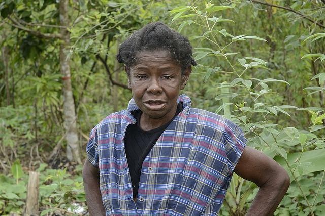 Uma imigrante haitiana no assentamento rural de Mata Mamón, na República Dominicana, onde trabalha como diarista. As mulheres haitianas que trabalham nas fazendas dominicanas são invisíveis, tanto para as estatísticas como para os programas de apoio aos migrantes rurais, denunciam ativistas. Foto: Dionny Matos/IPS
