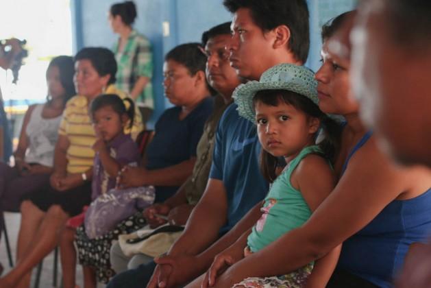 Indígenas bribri reunidos em 2015 com a vice-ministra, Ana Gabriel Zuñiga, da Costa Rica, pela violência que sofrem com a invasão de suas terras. Foto: Cortesia da Casa Presidencial da Costa Rica
