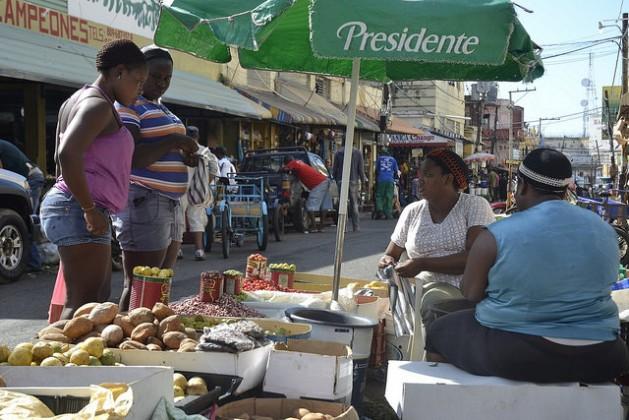 Duas vendedoras de frutas, grãos e vegetais, no mercado de rua em Pequeno Haiti, em Santo Domingo, capital da República Dominicana. Elas permitiram ser fotografadas, mas preferiram não falar de sua situação. O medo faz parte da vida das imigrantes haitianas no país. Foto: Dionny Matos/IPS
