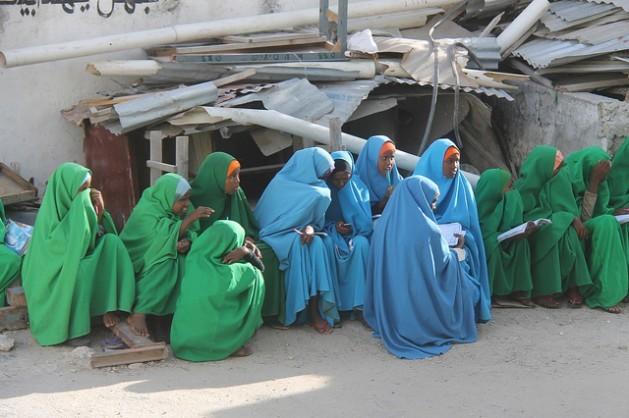 Jovens da Somália, onde a mutilação genital feminina é uma prática comum. Foto: Abdurrahman Warsameh/IPS