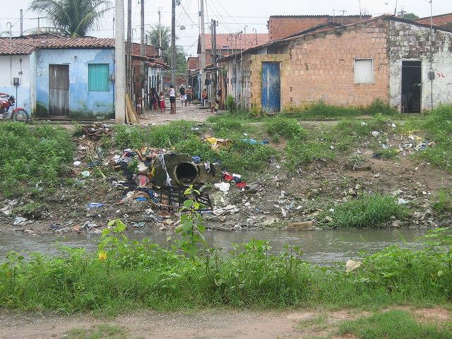 Bairro Bom Jardim, em Fortaleza, uma das grandes cidades da regiãoNordeste do Brasil, a mais afetada pelo vírus zika. A falta de saneamento, com grandes lixões às margens de riachos e água parada em vários recipientes, incluindo a tampa de uma garrafa, ajudam na propagação do mosquito Aedes Aegypit, vetor da zika, da dengue e da chicungunya. Foto: Mario Osava/IPS