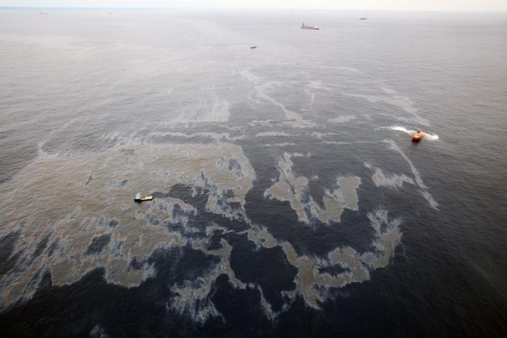 Petróleo cru que vazou no Campo de Frade, em 2011, em operação da Chevron. Rogério Santana/Imprensa RJ