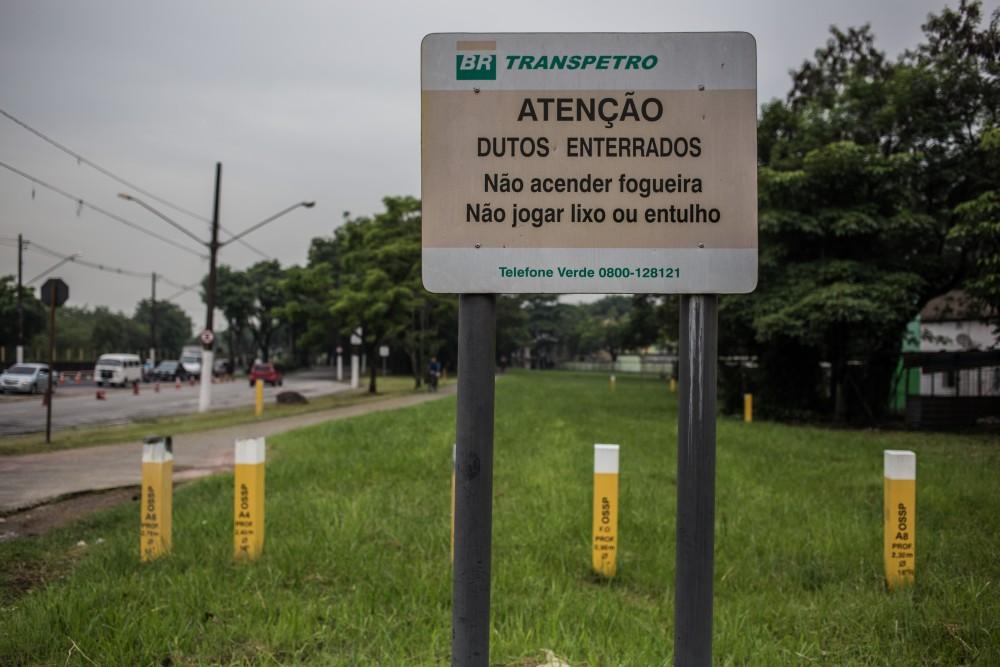 Dutos da Petrobrás que transportam gasolina hoje têm sinalização e ainda passam pela Vila Socó. José Cícero da Silva/Agência Pública