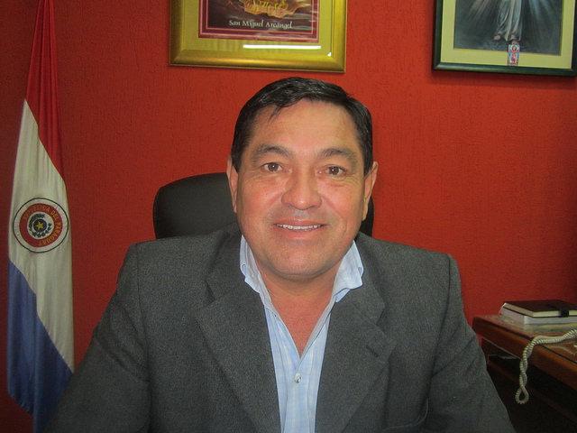 O prefeito de Villeta, Teodosio Gómex, em seu escritório. Ele está convencido de que seu município será a capital industrial do Paraguai, graças ao fato de ficar na margem navegável do rio Paraguai e contar com um florescente parque industrial, a apenas 45 quilômetros de Assunção, a capital. Foto: Mario Osava/IPS