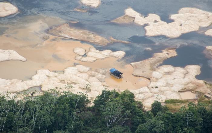 Balsa de garimpo no Rio Uraricoera, Terra Indígena Yanomami, dezembro de 2015 |Guilherme Gnipper-FUNAI
