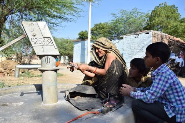 """Kamlesh Kumari, uma """"amiga da água"""" da aldeia de Dharaupur, no Estado indiano de Uttar Pradesh, mostra as ferramentas que utiliza para consertar bombas manuais para retirar água de poço. Foto: Stella Paul/IPS"""